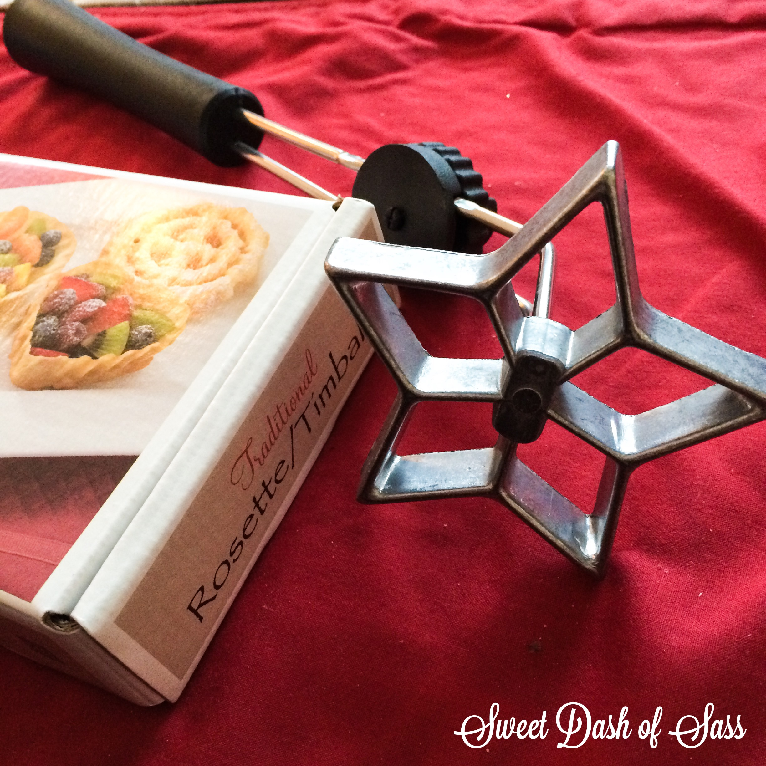 Easy to Make Rosettes - www.SweetDashofSass.com #25DaysCookieStyle